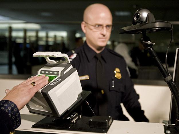 Skaner linii papilarnych umieszczony na lotnisku w Dulles, stan Wirginia, USA /AFP