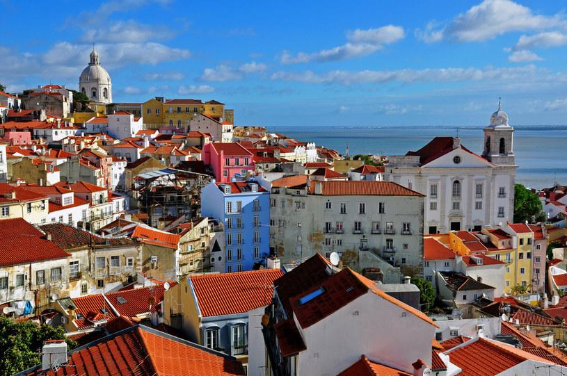 Skąpana w słońcu Alfama, najstarsza dzielnica Lizbony /123RF/PICSEL