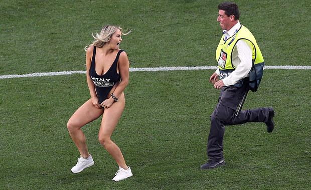 Skąpo ubrana blondynka przerwała finał Ligi Mistrzów. Wiemy, kim jest