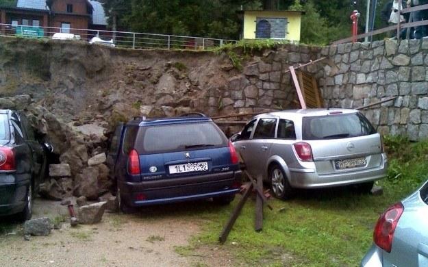Skarpa osunęła się na auta / Fot: Tadeusz Krupiński /