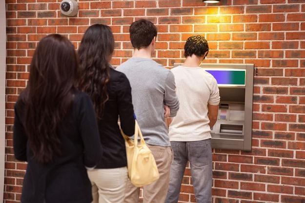 Skimmerzy  to przestępcy skanujący karty bankomatowe /©123RF/PICSEL