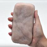 """Skin-On: Etui na telefon z """"ludzkiej"""" skóry. Da się głaskać i szczypać"""