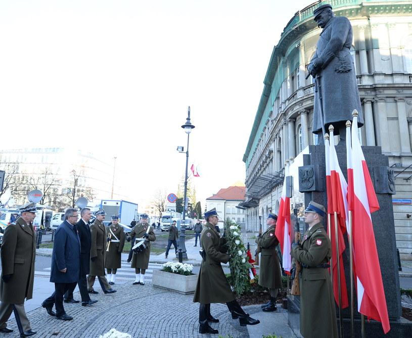 Składanie kwiatów pod pomnikiem marszałka Józefa Piłsudskiego /Jacek Turczyk /PAP