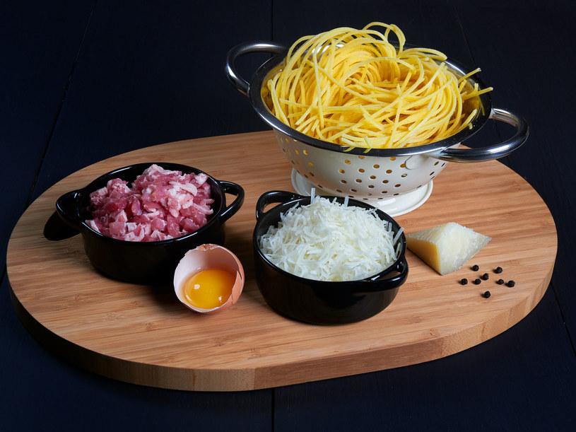 Składniki na carbonarę: makaron, żółtko jajka, guanciale lub boczek, pecorino, pieprz /123RF/PICSEL