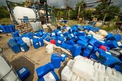 Składowisko pojemników z chemikaliami