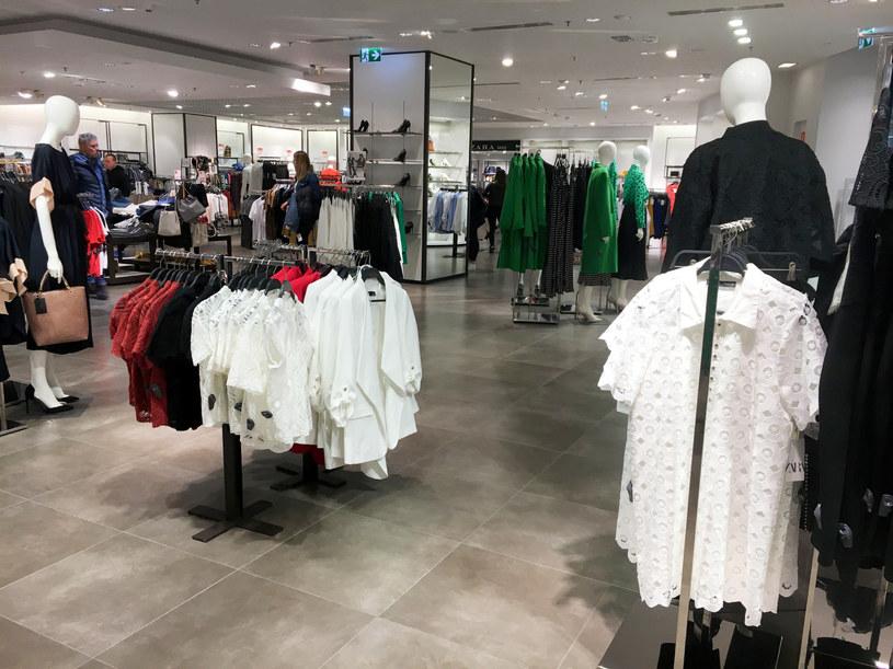 Sklep z odzieżą w jednej z galerii handlowych /Lukasz Solski/ /East News