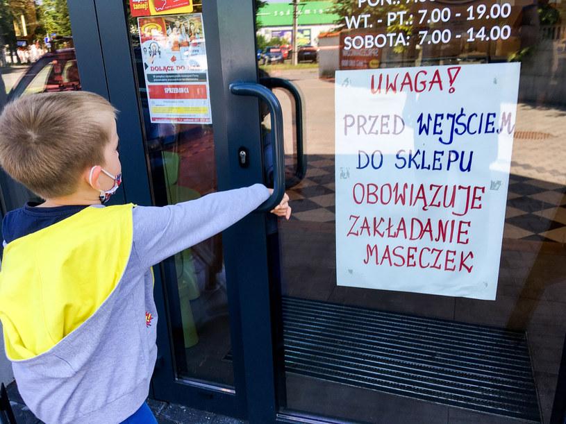 Sklepy coraz odważniej reagują w kwestii noszenia maseczek /Piotr Kamionka /Reporter