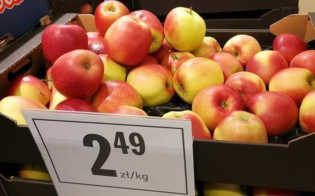 Sklepy częściej stawiają na promocję jabłek niż bananów /MondayNews