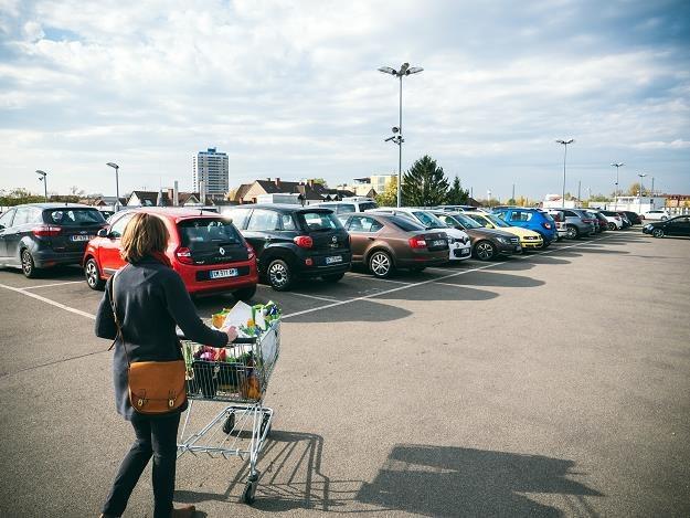 Sklepy pozyskują na parkingach cenne informacje o klientach? (zdj. ilustracyjne) /©123RF/PICSEL