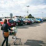 Sklepy pozyskują na parkingach cenne informacje o klientach?