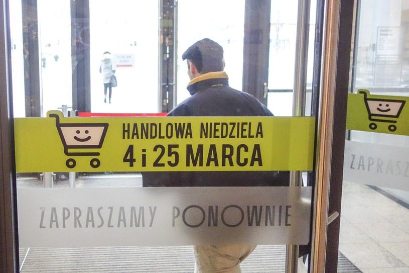 Sklepy przygotowują się do wprowadzonej przez rząd ustawy o zakazie handlu w niedziele /Piotr Kamionka /Reporter