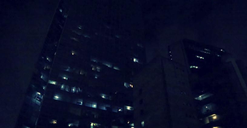 Skłotersom udało się doprowadzić do części mieszkań wodę i prąd. Ale czy to wystarczy, by mogli żyć w spokoju? /Ramón Iriarte / Vocativ /YouTube