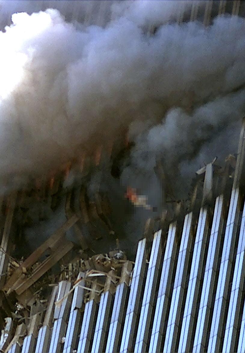 """""""Skoczkowie"""" z pierwszej wieży nie mieli pojęcia o tym, że budynek runie, lecz i tak zdecydowali się na rozpaczliwy krok /Jose Jimenez/Primera Hora /Getty Images"""
