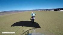 Skoczył ze spadochronem i wylądował wprost na... jadącym motocyklu