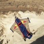 Skoczył ze szczytu w Himalajach - ze spadochronem