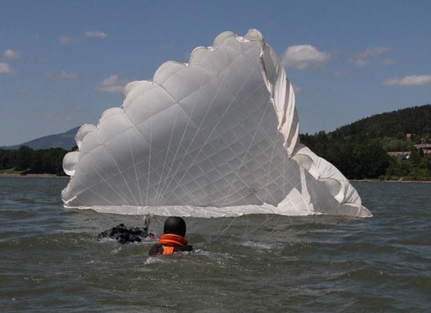 Skoki na wodę wymagają od skoczka też umiejętności pływania w umundurowaniu/fot. Grzegorz Pustelnik /INTERIA.PL