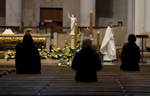 Skokowy wzrost zakażeń w Polsce. Abp Polak: Prosimy wiernych o przestrzeganie zasad w kościołach