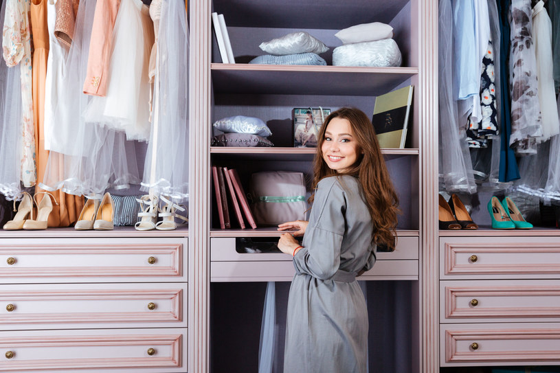 Skomponuj szafę tak, by skrócić czas porannych dylematów... /123RF/PICSEL