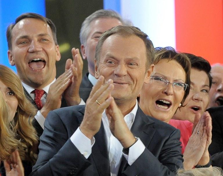 """Skończyły się """"tłuste lata"""" dla PO?; zdj. arch. z 2011 roku: Donald Tusk, ówczesny premier, z lewej Radosław Sikorski, ówczesny szef MSZ, Ewa Kopacz (z prawej), wtedy minister zdrowia i Hanna Gronkiewicz-Waltz ( z tyłu po prawej), prezydent Warszawy /JANEK SKARZYNSKI / AFP /AFP"""