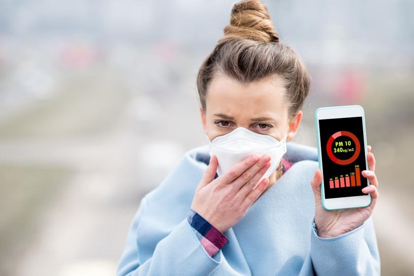 Skóra narażona na działanie smogu szybciej sie starzeje /123RF/PICSEL /123RF/PICSEL