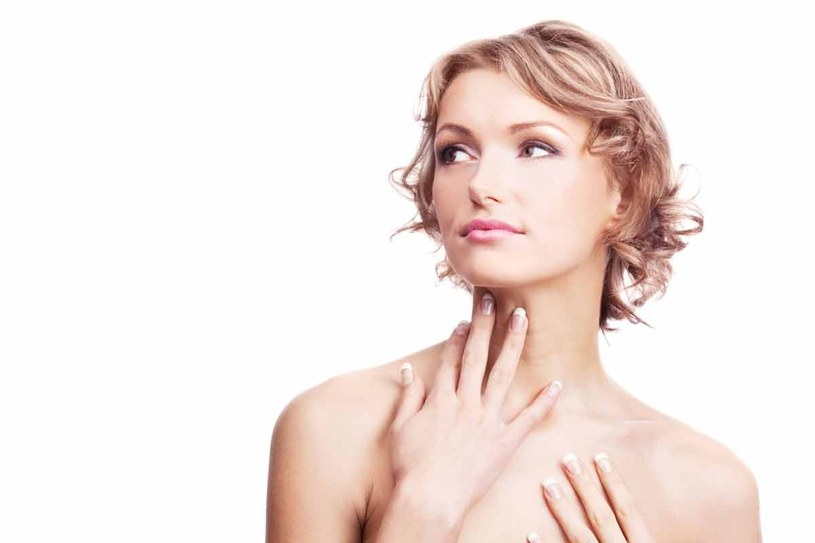 Skóra szyi, tak samo jak twarzy, potrzebuje głębokiego nawilżania i ochrony lipidowej /123RF/PICSEL