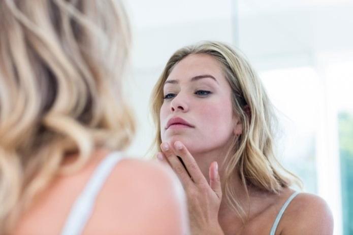 Skóra zajęta trądzikiem czy zmianami alergicznymi nie powinna być traktowana zwykłymi kosmetykami, gdyż te mogą ją dodatkowo podrażnić /123RF/PICSEL