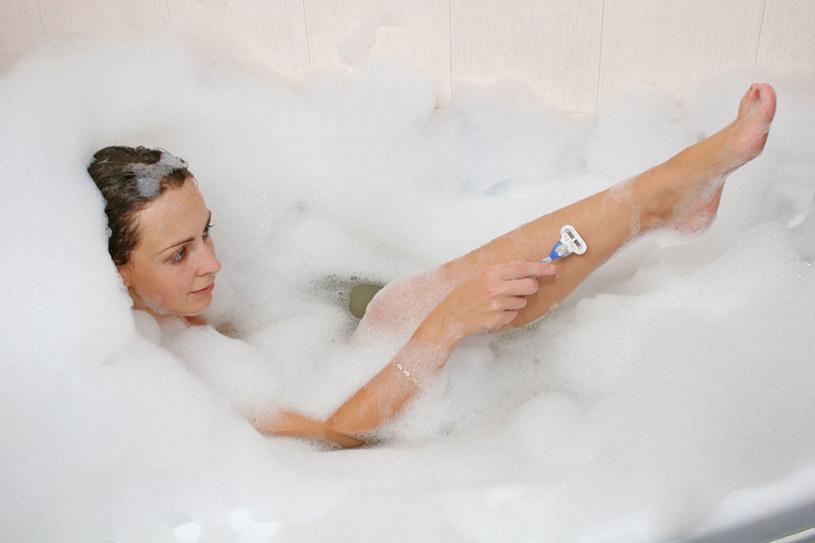 Skórę depiluj po kąpieli - wtedy jest bardziej miękka, więc trudniej ją podrażnić  /© Panthermedia
