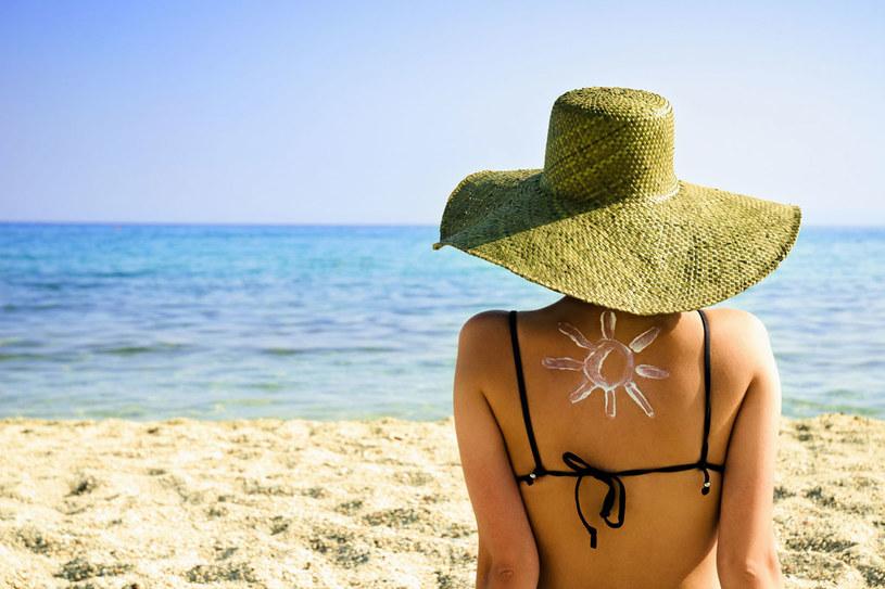 Skórę możesz spiec także podczas pochmurnej pogody lub leżenia w cieniu /123RF/PICSEL