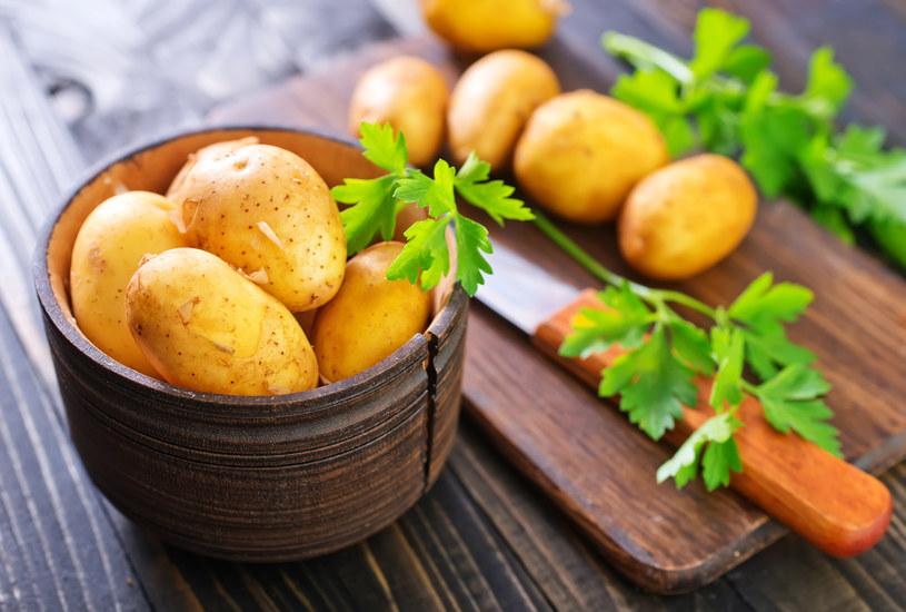 Skórka młodych ziemniaków łuszczy się i jest bardzo cienka /123RF/PICSEL