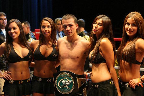 Skoro bokserom towarzyszą w ringu dziewczyny, dlaczego panie nie mają mieć męskiej eskorty? /AFP