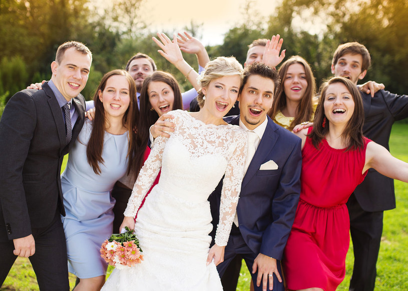 Skoro zostaliśmy na wesele zaproszeni, wypada na nie pójść i dobrze się bawić /123RF/PICSEL