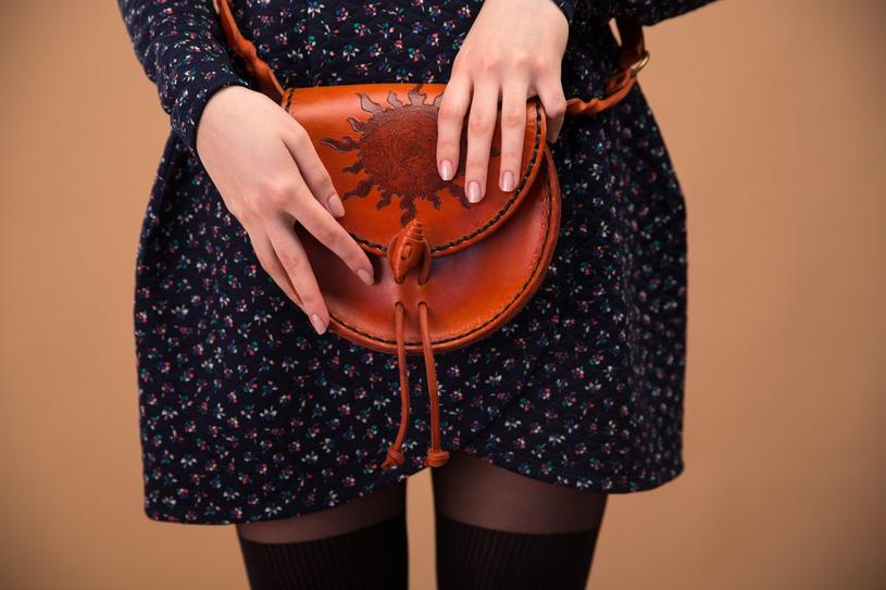 Skórzana torebka w stylu vintage to absolutny must have /123RF/PICSEL