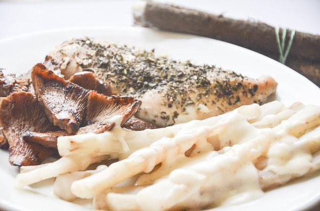 Skorzonera w sosie beszamelowym, z piersią kurczaka i smażonymi rydzami /Malwina Zaborowska /RMF FM