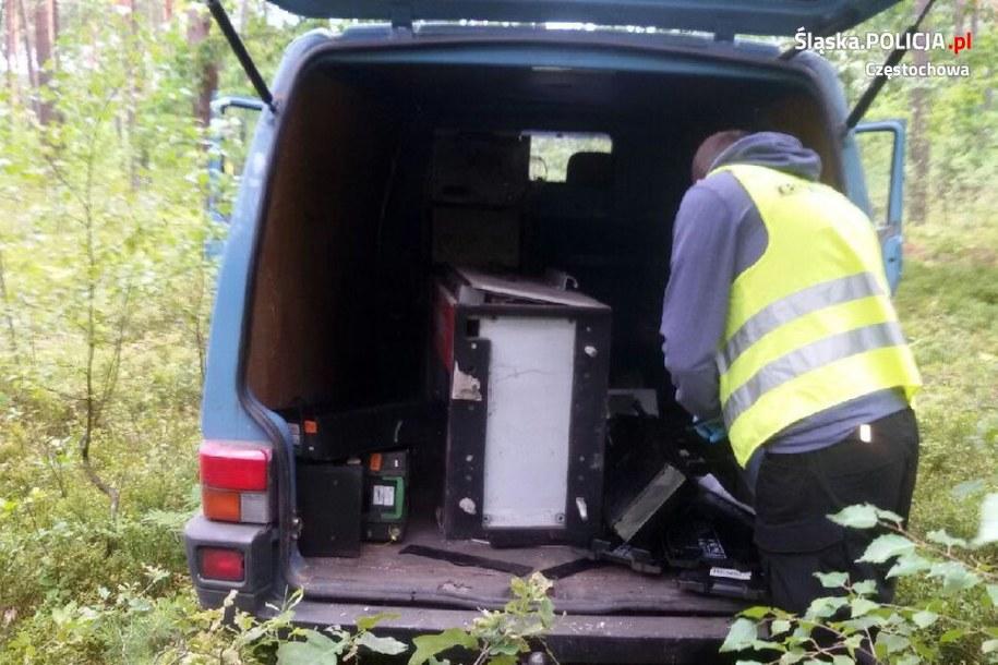 Skradziony bankomat został porzucony w lesie /Policja Częstochowa /