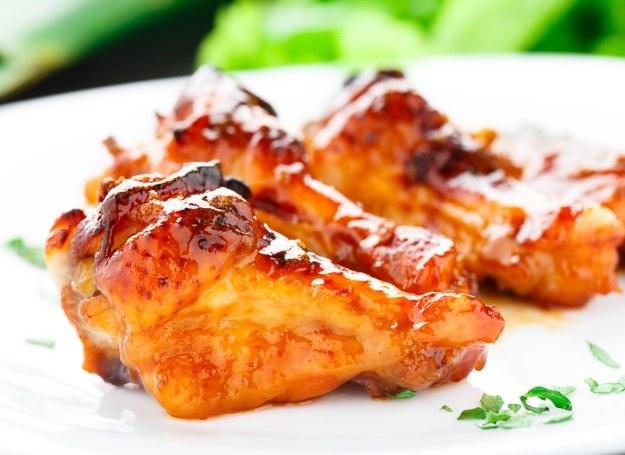 Skrzydełka kurczaka z miodowym sosem /123RF/PICSEL