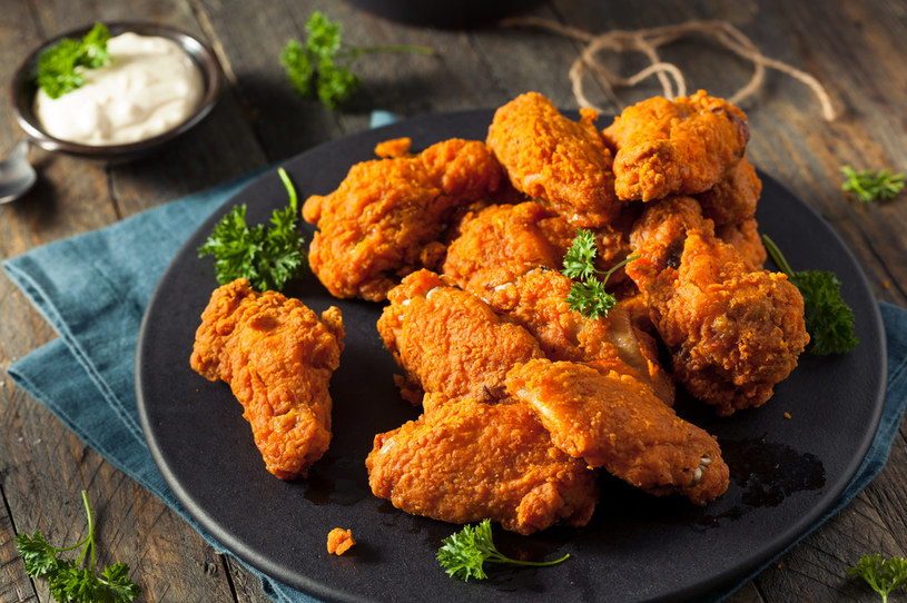 Skrzydełka z kurczaka to świetny pomysł na obiad i nie tylko /123RF/PICSEL