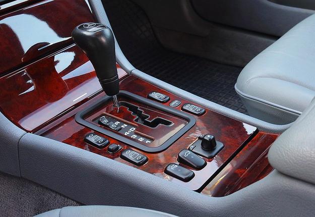 Skrzynie automatyczne mogą mieć 4 lub 5 biegów. Wersje V6 zawsze są pięciobiegowe. /Motor