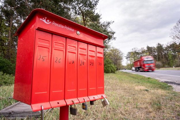 Skrzynki pocztowe stojące przy drodze krajowej nr 80 w Pędzewie w powiecie toruńskim / Tytus Żmijewski    /PAP