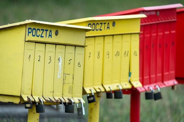 Skrzynki pocztowe stojące przy drodze krajowej nr 80 w Pędzewie / Tytus Żmijewski    /PAP