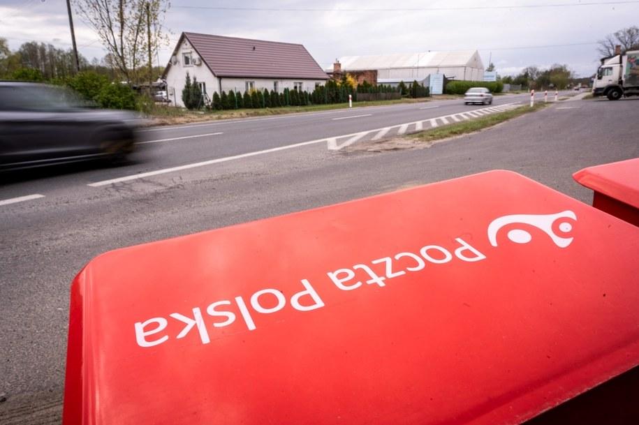 Skrzynki pocztowe stojące przy drodze krajowej nr 80 w Pędzewie/ Zdjęcie ilustracyjne / Tytus Żmijewski    /PAP