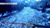 Skuta lodem rzeka nagle ożyła. Woda przebiła lodową zaporę
