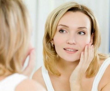 Skuteczne sztuczki kosmetyczne, które poprawią naszą urodę w 5 minut