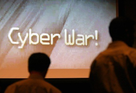 Skutki cyberwojny prowadzonej na szeroką skalę mogłyby wymknąć się spod kontroli /AFP