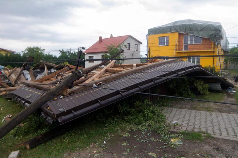Skutki gwałtownej burzy, jaka przeszła nad miejscowością Sarnówek Duży /Michał Walczak /PAP