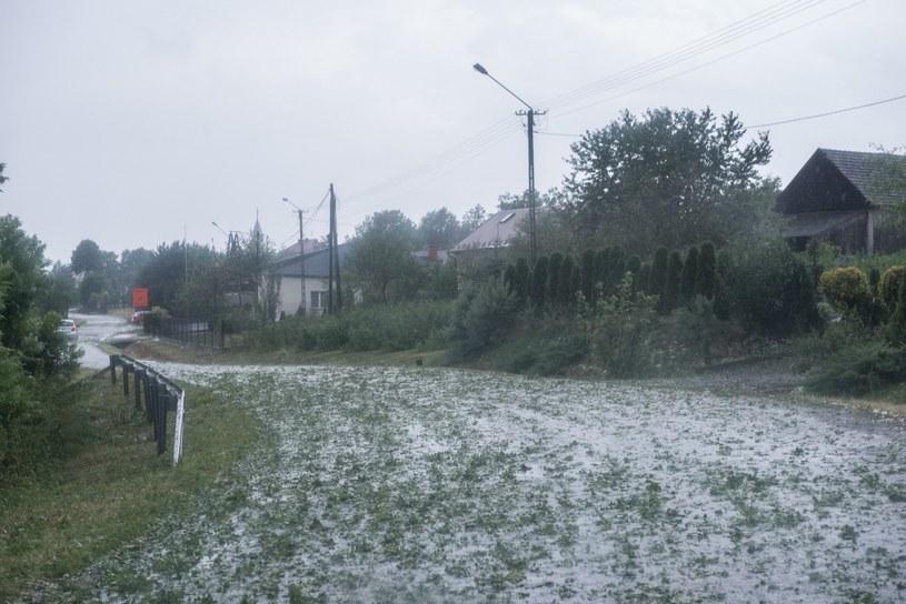Skutki gwałtownej burzy, która w niedzielę przeszła nad Polską /Tadeusz Koniarz /Reporter