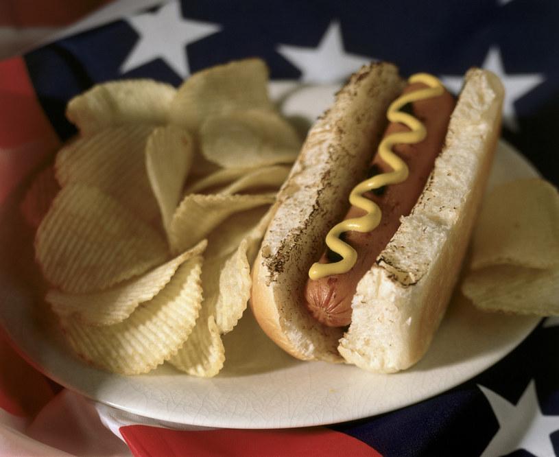 skutki jedzenia hot dogów /© Photogenica