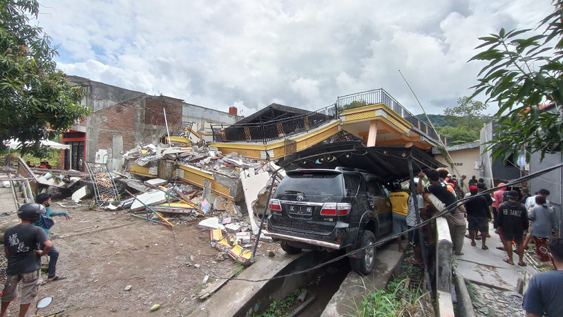 Skutki trzęsienia ziemi w Indonezji /AFP