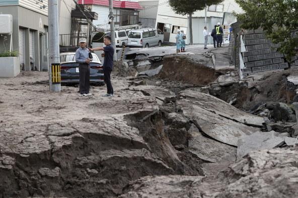 Skutki trzęsienia ziemi /KIMIMASA MAYAMA /PAP/EPA