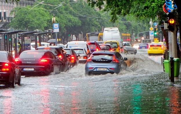 Skutki ulewy w Budapeszcie /PETER LAKATOS HUNGARY OUT  /PAP/EPA