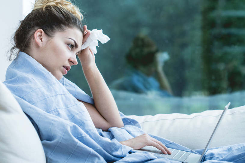 Skutki zaniedbania zwykłego kataru bywają opłakane. Nieleczona infekcja może stać się przyczyną zapalenia zatok, uszu, oskrzeli lub płuc /123RF/PICSEL